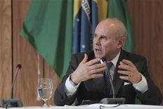 O ministro da Fazenda, Guido Mantega, fala no Palácio do Planalto, em Brasília. Mantega afirmou nesta quarta-feira que a Petrobras não está pedindo reajuste de combustíveis e que a companhia não está enfrentando dificuldades para realizar investimentos. 15/06/2012 REUTERS/Ueslei Marcelino