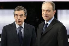 <p>François Fillon a déclaré mercredi soir qu'il renonçait à la présidence de l'UMP mais qu'il n'excluait pas de saisir la justice pour contester l'élection de son rival Jean-François Copé. /Photo prise le 25 octobre 2012/REUTERS/Philippe Wojazer</p>