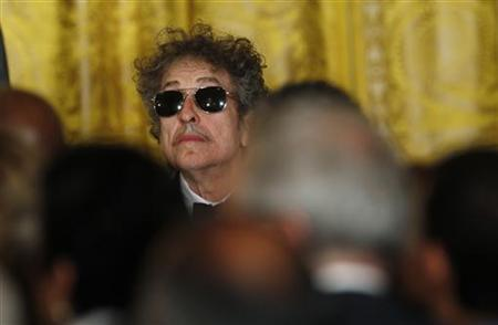Musician Bob Dylan (C) waits prior to receiving a Presidential Medal of Freedom in the East Room of the White House in Washington, May 29, 2012. REUTERS/Kevin Lamarque/Files