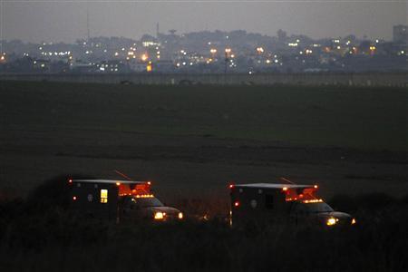 11月21日、イスラエルとパレスチナ自治区ガザを実効支配するイスラム原理主義組織ハマスが停戦で合意した。写真はガザ境界付近に停車するイスラエル軍車両(2012年 ロイター/Amir Cohen)