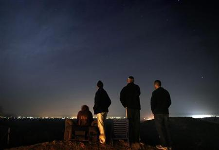 Residents of the southern Israeli town of Sderot watch cross-border fighting from a hill overlooking the northern Gaza Strip, before a ceasefire November 21, 2012. REUTERS/Yannis Behrakis