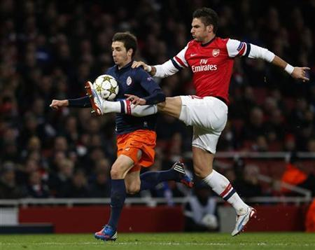 Arsenal's Olivier Giroud (R) challenges Montpellier's Mathieu Deplagne during their Champions League Group B soccer match in London November 21, 2012. REUTERS/Eddie Keogh