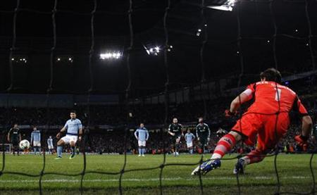 Manchester City's Sergio Aguero (L) scores a penalty past Real Madrid's keeper Iker Casillas during their Champions League Group D soccer match at The Etihad Stadium in Manchester, northern England November 21, 2012. REUTERS/Phil Noble