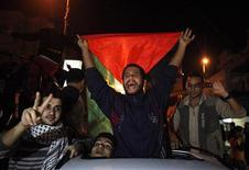 Palestinos comemoram o que dizem ser uma vitória sobre Israel após oito dias de conflito, na Cidade de Gaza, Faixa de Gaza, nesta quarta-feira. Com mediação do Egito, Israel e o Hamas, grupo que governa Gaza, concordaram com um cessar-fogo. 21/11/2012 REUTERS/Suhaib Salem