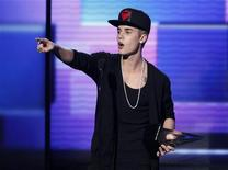 """Justin Bieber accepts the award for favorite pop rock album for """"Believe"""" at the 40th American Music Awards in Los Angeles, California, November 18, 2012. REUTERS/Danny Moloshok"""