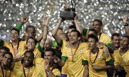 Brazil's soccer players celebrate with the trophy after winning the Clasico de Las Americas international friendly match against Argentina in Buenos Aires November 21, 2012. REUTERS/Martin Acosta