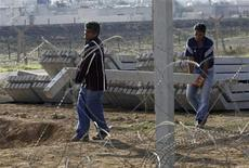 Turkish workers carry cement blocks to reinforce the border fence between the northern Syrian town of Ras al-Ain and the Turkish border town of Ceylanpinar, Sanliurfa province November 21, 2012. REUTERS/Amr Abdallah Dalsh