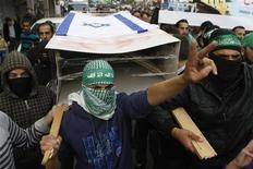 Las fuerzas israelíes detuvieron el jueves a 55 presuntos activistas palestinos en Cisjordania, dijo el Ejército, alegando la necesidad de controlar el territorio ocupado después de que una tregua pusiera fin a ocho días de enfrentamientos en la Franja de Gaza. En la imagen, palestinos portan un féretro falso cubierto con la bandera israelí durante una protesta organizada por Hamás en la ciudad cisjordana de Herbón, el 21 de noviembre de 2012. REUTERS/Mussa Qawasma