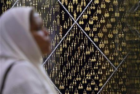 A Muslim pilgrim looks at a jewellery shop a prayer session at the surrounding area of the Grand Mosque during the annual hajj pilgrimage in the holy city of Mecca October 20, 2012. REUTERS/Amr Abdallah Dalsh