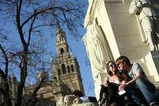 La tasa interanual de las pernoctaciones en establecimientos hoteleros españoles bajó en octubre un 3,6 por ciento, a 23,9 millones, acelerando el declive del turismo observado en septiembre, cuando la tasa cayó un 0,1 por ciento, según datos divulgados el jueves por el Instituto Nacional de Estadística. En la imagen de archivo, una pareja cerca de la torre de la Giralda, en Sevilla, el 22 de febrero de 2012. REUTERS/Marcelo del Pozo