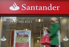 Santander, el mayor banco español, está evaluando lanzar en el corto plazo una oferta pública de venta de acciones de su negocio de crédito automotor en Estados Unidos, de acuerdo a una información. En la imagen, un transeunte pasa frente una sucursal de Santander en Londres, el 11 de enero de 2010. REUTERS/Suzanne Plunkett