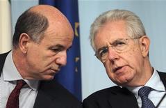 Il premier Mario Monti e il ministro dello Sviluppo Economico Corrado Passera durante una conferenza stampa a Palazzo Chigi lo scorso 22 maggio. REUTERS/Alessandro Bianchi