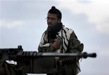 Израильский солдат молится на танке в райне Газы 22 ноября 2012 года. Израиль и контролирующее сектор Газа исламистско-политическое движение ХАМАС достигли перемирия после восьми дней конфликта, вылившегося в унесшие более 150 жизней ракетные удары с обеих сторон. REUTERS/Yannis Behrakis