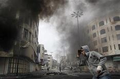 Militante palestino enfrenta militares israelenses durante conflito na Cisjordânia. 21/11/2012 REUTERS/Mussa Qawasma
