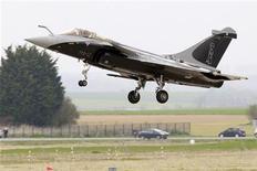 <p>Avion de combat Rafale. Le ministre de la Défense Jean-Yves Le Drian a déclaré jeudi espérer que les négociations de Dassault Aviation avec l'Inde pour un contrat de 126 avions de combat aboutiraient en 2013, consolidant ainsi le partenariat stratégique noué depuis 1998 entre Paris et New Delhi. /Photo d'archives/REUTERS/Pascal Rossignol</p>