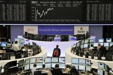Trader alla Borsa di Francoforte, sullo sfondo il tabellone elettronico con l'indice Dax. la foto è del 20 novembre. REUTERS/Remote/Lizza David