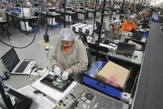 Funcionários trabalham na linha de montagem dos Computadores Positivo, em Curitiba, em setembro de 2009. O desemprego brasileiro caiu para 5,3 por cento em outubro, ante 5,4 por cento em setembro, informou o Instituto Brasileiro de Geografia e Estatística (IBGE). 25/09/2009 REUTERS/Cesar Ferrari