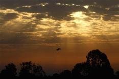 Avião comercial israelense sobrevoa Gaza durante o nascer do sol após o cessar-fogo. Um cessar-fogo entre Israel e os palestinos de Gaza estava sendo respeitado nesta quinta-feira, após oito dias de conflito, mas a profunda desconfiança de parte a parte gera dúvidas sobre até que ponto o acordo mediado pelo Egito poderá durar. 22/11/2012 REUTERS/Yannis Behrakis