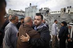 La tregua entre Israel y los palestinos de Hamás se comenzó a afianzar el jueves tras ocho días de conflicto en Oriente Próximo, pese a que la profunda desconfianza entre ambas partes pone en duda el tiempo que puede durar el acuerdo patrocinado por Egipto. En la imagen, un policía de Hamás es abrazado por un hombre palestino tras volver a su sede destruida en Gaza, el 22 de noviembre de 2012. REUTERS/Suhaib Salem