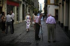 El Gobierno español aseguró el jueves que va a revalorizar las pensiones en 2012 atendiendo a la desviación de la inflación, conforme a lo establecido por la ley. En la imagen, dos pensionistas hablan en una calle de Sevilla, el 20 de septiembre de 2012. REUTERS/Marcelo del Pozo
