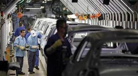 Funcionário trabalham na planta da Ford em São Bernando do Campo, São Paulo. A prévia do Índice de Confiança da Indústria (ICI) mostrou recuo de 0,8 por cento em novembro sobre outubro, passando de 106,0 para 105,1 pontos, informou a Fundação Getúlio Vargas nesta quinta-feira. 14/06/2012 REUTERS/Paulo Whitaker