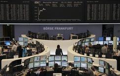 <p>Les Bourses européennes prolongent, jeudi à mi-séance, la tendance positive constatée depuis le début de la semaine, soutenues par une accélération de la croissance en Chine et aux Etats-Unis et par des indicateurs d'activité moins faibles que certains ne le craignaient en Europe. À Paris, l'indice CAC 40 gagne 0,26% vers 13h00. /Photo prise le 22 novembre 2012/REUTERS/Remote/Marte Kiessling</p>