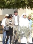 Ребекка Блейк и Конор Макредмонд (в центре) идут в сопровождении адвоката в дубайский суд 22 ноября 2012 года. Британка и ирландец проведут три месяца в тюрьме за то, что они занимались сексом в такси в Дубае, а потом будут депортированы, сообщил адвокат пары. REUTERS/Jumana ElHeloueh
