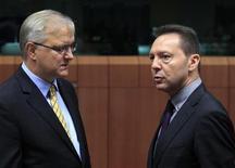Grecia ha dado todos los pasos necesarios para garantizarse el próximo tramo de ayuda y los ministros de Finanzas de la zona euro deberían poder firmar un acuerdo definitivo de asistencia el lunes, dijo el jueves el comisario europeo de Asuntos Económicos y Monetarios. En la imagen, Olli Rehn (I) habla con el ministro griego de Finanzar en una reunión del Eurogrupo en Bruselas, el 20 de noviembre de 2012. REUTERS/Yves Herman
