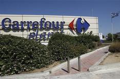 Rede de supermercados Carrefour passa por mudanças no Brasil após tentativa de fusão com maior grupo de varejo do país fracassar. 15/06/2012 REUTERS/John Kolesidis