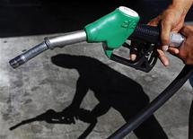 <p>Le gouvernement travaille à un nouveau dispositif visant à contenir les prix des carburants en France. Le mécanisme actuel, mis en place cet été, arrive à son terme fin novembre. Il a permis une baisse du prix des carburants qui a atteint jusqu'à six centimes d'euro par litre. /Photo d'archives/REUTERS/Eric Gaillard</p>