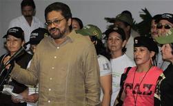 Cuatro ciudadanos chinos que fueron secuestrados hace 17 meses por guerrilleros de las FARC en una zona selvática del suroeste de Colombia fueron liberados, un hecho ocurrido días después de que el grupo anunciara un cese al fuego unilateral en el inicio de un diálogo de paz con el Gobierno, dijo el jueves la Policía. En la imagen, el negociador jefe de las FARC, Iván Márquez, se dirige a los periodistas en La Habana, el 21 de noviembre de 2012. REUTERS/Enrique De La Osa