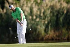 Luke Donald of England hits a shot onto the 17th green during the first round of the DP World Tour Championship at Jumeirah Golf Estates in Dubai, November 22, 2012. REUTERS/Nikhil Monteiro