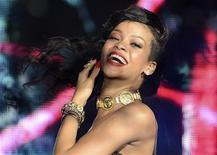"""Cantora Rihanna apresenta-se no The Forum, em Londres. A cantora emplacou pela 12a vez uma canção no topo da lista Billboard Hot 100, prenunciando um lançamento estrondoso para """"Unapologetic"""", seu sétimo álbum de estúdio, que começou a ser vendido nesta semana. 19/11/2012 REUTERS/Dylan Martinez"""