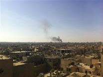 Colonne di fumo si levano dopo un bombardamento a Deir Al-Zor. REUTERS/Muhamad Al-Younis/Shaam News Network/Handout