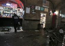 Policial vasculha pub destruído depois de uma briga, no centro de Roma. Dez torcedores do clube inglês Tottenham Hotspur ficaram feridos, um deles gravemente, durante um ataque na madrugada de quinta-feira em Roma, antes de um jogo da Liga Europa contra a Lazio. 22/11/2012 REUTERS/Yara Nardi