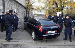 Polícia francesa fica em volta de carro que chega em corte em Bordeuax. O ex-presidente francês Nicolas Sarkozy foi interrogado nesta quinta-feira por magistrados que tentam determinar se ele recebeu fundos ilegais de campanha da mulher mais rica da França, quando ele concorreu à Presidência em 2007. 22/11/2012 REUTERS/Regis Duvignau