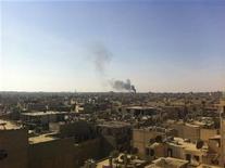 <p>Foto de archivo de un incendio luego de que un avión de combate de la fuerza aérea de Siria, leal al presidente Bashar al-Assad, disparó misiles en la provincia de Deir Al-Zor, en el este sirio. 16 de noviembre, 2012. Los rebeldes sirios capturaron el jueves una base de artillería del Ejército en Deir al-Zor, una provincia productora de petróleo situada en el este del país, en un avance que debilita el control del presidente Bashar al-Assad sobre la estratégica región fronteriza con Irak, dijeron varias fuentes de oposición. REUTERS/Muhamad Al-Younis/Shaam News Network/Handout. Imagen para uso no comercial, ni ventas, ni archivos. Solo para uso editorial. No para su venta en marketing o campañas publicitarias. Esta imagen fue entregada por un tercero y es distribuida, exactamente como fue recibida por Reuters, como un servicio para clientes.</p>