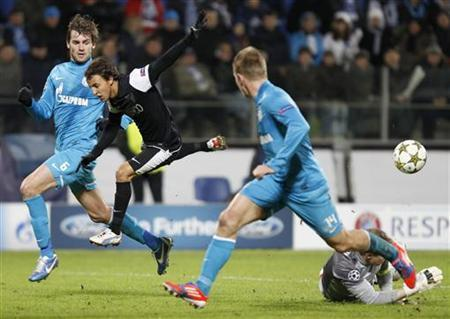 Zenit St. Petersburg's Tomas Hubocan (2nd R) and Nicolas Lombaerts (L) challenge Malaga's Diego Buonanotte (2nd L), while Zenit St. Petersburg's goalkeeper Vyacheslav Malafeev makes a save, during their Champions League Group C soccer match at the Petrovsky stadium in St. Petersburg November 21, 2012. REUTERS/Alexander Demianchuk