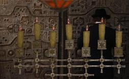 Los sefardíes descendientes de los judíos que fueron expulsados de España en 1492 podrán optar a la nacionalidad española en virtud de una iniciativa del Gobierno que podría afectar a hasta tres millones de personas en todo el mundo. En la imagen, un hombre reza en la sinagoga Bet Yaacov de Madrid el 21 de febrero de 2011. REUTERS/Susana Vera