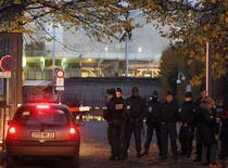 <p>Aux abords du palais de justice de Bordeaux. Nicolas Sarkozy a subi jeudi une audition-fleuve chez un juge d'instruction à Bordeaux en vue d'une possible mise en examen dans l'enquête sur la fortune de l'héritière de L'Oréal Liliane Bettencourt, qui aurait été en partie spoliée. Il était toujours interrogé vers 18h30, plus de neuf heures après son arrivée. /Photo prise le 22 novembre 2012/REUTERS/Régis Duvignau</p>