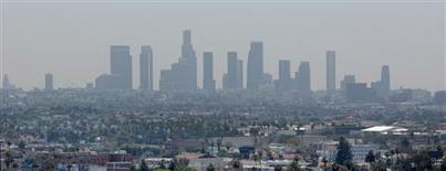 Los temores al cambio climático causado por el hombre bastaban hace 15 años para unir a la mayoría del mundo industrializado en un tratado que era imperfecto, pero al menos parecía consolidar el principio de que es necesario reducir los gases de efecto invernadero. En la imagen, el paisaje del centro de Los Ángeles a través de una capa de smog visto desde un tejado en Hollywood, California, el 31 de mayo de 2012. REUTERS/Fred Prouser/File