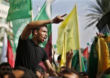 Um palestino comemora o que, segundo palestinos, é uma vitória sobre Israel após um conflito de oito dias na cidade de Gaza. 22/11/2012 REUTERS/Suhaib Salem