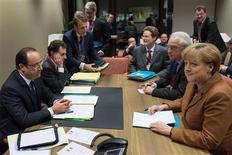 Los negociadores de la Unión Europea creen que están cerca de asegurar el apoyo británico y alemán para un acuerdo sobre los gastos de casi un billón de euros que hará la UE en los próximos siete años, aunque podrían hacer falta concesiones para ganarse a Francia y Polonia. En la imagen, el presidente francés, François Hollande (a la izquierda) y la canciller alemana, Angela Merkel, en una reunión bilateral antes de la cumbre de líderes de la UE en la sede del Consejo Europeo, en Bruselas, el 22 de noviembre de 2012. REUTERS/Bertrand Langlois/Pool