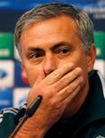 El técnico del Real Madrid, José Mourinho, no entiende por qué sus equipos no consiguen ganar en los partidos que se deciden por penaltis, tras revelar que él necesitó unas circunstancias extraordinarias para sacudirse la mala suerte en su única victoria por penaltis en 2008. En la imagen, el técnico del Real Madrid, José Mourinho escucha una pregunta durante uan rueda de prensa en el estadio Etihad del Manchester City, en Inglaterra, el 20 de noviembre de 2012. REUTERS/Phil Noble