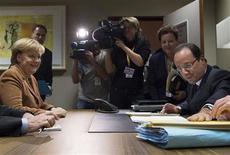<p>Tête-à-tête entre le président François Hollande et la chancelière Angela Merkel avant le début du Conseil européen, à Bruxelles. France et Allemagne ont rapproché jeudi leurs positions sur le budget de l'Union européenne sans toutefois parvenir à s'accorder sur le montant des coupes budgétaires et leur répartition, dit-on de sources françaises et allemandes. /Photo prise le 22 novembre 2012/REUTERS/Bertrand Langlois/Pool</p>