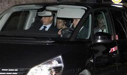 <p>Nicolas Sarkozy (au centre) a échappé à une mise en examen après une audition-fleuve de douze heures jeudi chez trois juges d'instruction à Bordeaux dans l'enquête sur la fortune de l'héritière de L'Oréal Liliane Bettencourt, qui aurait été en partie spoliée. /Photo prise le 22 novembre 2012/REUTERS/Régis Duvignau</p>