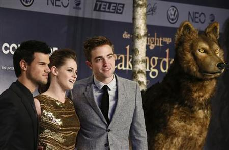 Cast members Robert Pattinson (R), Kristen Stewart (C) and Taylor Lautner pose for pictures before the German premiere of The Twilight Saga: Breaking Dawn Part 2 in Berlin, November 16, 2012. REUTERS/Thomas Peter