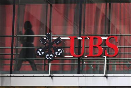 A woman walks past a logo of Swiss bank UBS at a building in Zurich November 13, 2012. REUTERS/Michael Buholzer