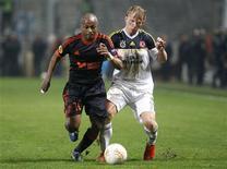 <p>Andre Ayew de l'OM (à gauche) au contact avec Dirk Kuyt de Fenerbahce, au stade Vélodrome. L'Olympique de Marseille a été éliminé avant même la fin de la phase de groupes de la Ligue Europa, au terme d'une défaite frustrante à domicile 1-0. /Photo prise le 22 novembre 2012/REUTERS/Philippe Laurenson</p>