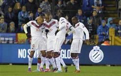 <p>Le Girondin Jussiê (à gauche ) félicité par ses coéquipiers après l'un de ses deux buts contre Bruges en Ligue Europa. Bordeaux s'est qualifié jeudi pour les 16es de finale en s'imposant 2-1 en Belgique. /Photo prise le 22 novembre 2012/REUTERS/Laurent Dubrule</p>